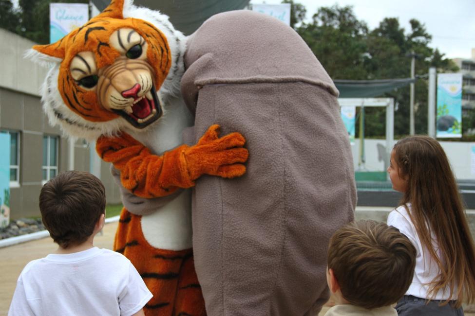 Los niños mostraron gran alegría en el momento en que el Tigre, la mascota símbolo de la Universidad Interamericana, le dio un efusivo abrazo de bienvenida al manatí.